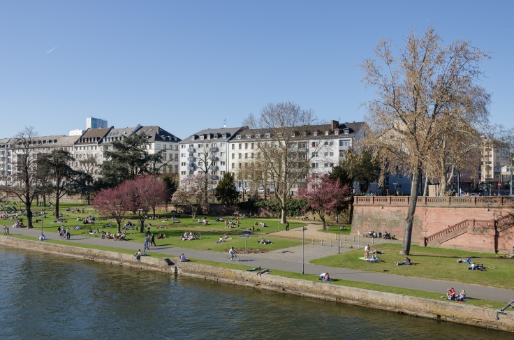 First_warm_Sunday_of_the_year_-_At_the_river_Main_in_Frankfurt_-_Germany_-_March_25th_2012_-_01.jpg