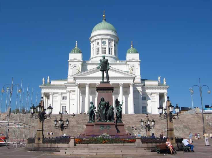 Helsinki_Lutheran_Chathedral_and_the_statue.jpg
